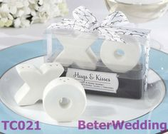 Porcelain Hugs and Kisses from Mr and Mrs. Ceramic Salt & Pepper Shakers TC021  上海婚慶用品 http://www.aliexpress.com/store/512567 #weddingplanner #beterwedding