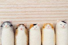 Японская мастерица Mako, известная под ником mosscat25, посвятила свои дни созданию войлочных котиков, преимущественно брошей. Так замечательно передавать кошачьи эмоции автору помогает наблюдение за пятью котиками, живущими с ней.