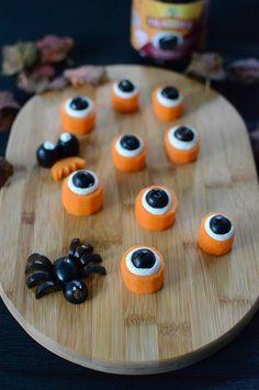 C'est Halloween, brrrrrrrrrrr... Une idée trop simple pour épater la galerie lors d'une soirée Halloween et faire participer les enfants à la création de ces yeux à croquer ! Il vous suffit de découper des rondelles de carottes, un peu de fromage frais et des olives noires