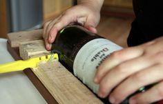 Cómo cortar botellas de vidrio. Seguro que en alguna ocasión has buscado en internet modos de cortar botellas de vidrio de forma limpia.  Seguro que tas encontrado con infinidad de métodos, alguno de ellos, de lo más rocambolesco.  Pues bien, aquí te dejo una forma rápida, limpia e infalible para hacerlo.  http://bricoblog.eu/como-cortar-botellas-de-vidrio #Bricolaje #CortarBotellas #botellas