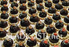 Rozpočet: Kokosová hmota: 200 g strouhaného kokosu, 1 bílek, máslo nebo máslový krém podle potřeby, podle chuti rum a moučkový cukr. Linecká kolečka na podložení, máslový krém na slepení, čokoládová poleva, kokos na posypání marcipánové růžičky na oz Mini Cupcakes, Rum, Desserts, Chocolate Candies, Tailgate Desserts, Deserts, Postres, Rome, Dessert