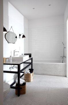 Design bagno minimal con contrasti di bianco e nero, piastrelle bianche con la fughe nere