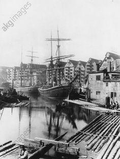 Königsberg (until 1945, Germany), now: Kaliningrad (Russian Federation); port (Hundegatt). Sailing ships at Hundegatt and warehouses at Lastadienstrasse. Photo, 1902 (Richard Dethlefsen).