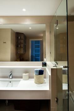 decoracion moderno bao tocador espejos estanterias griferia grifos