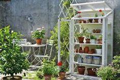 Kuvahaun tulos haulle pieni kasvihuone seinällä Garden Projects, Diy Projects, Garden Deco, Greenhouse Gardening, How To Make Diy, Native Plants, Log Homes, Wood Crafts, Cottage