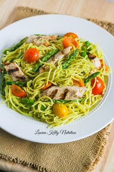 This Spaghetti and Chicken in Creamy Avocado Sauce will be ready in under 30 minutes! It's the perfect weeknight meal! #OnePotPasta #Pmedia #ad