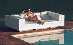 Оригинальный белый диван для сада от испанской фабрики Vondom коллекция VELA1