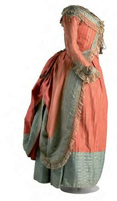 Robe a la Polonaise: un particolare tipo di abito femminile in voga nel 1700 la cui sovragonna poteva essere arricciata tramite dei cordoncini da tirare, in modo da creare dei ricchi panneggi.