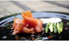 Hoy, los cocineros del vanguardista catering Cuk3 nos pasan la receta de uno de sus platos más festejados. Año nuevo, receta nueva. Cociná e invitá: seguro te van a pedir que los invites de nuevo. http://dixit.guiaoleo.com.ar/salmon-ahumado-lucite/