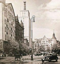 Przedwojenna Warszawa Plac Napoleona. Jest tu wszystko, od tego zdjęcia wręcz bije sylweta Warszawy sprzed wojny. Old Buildings, Beautiful Buildings, Capital City, Historical Photos, Empire State Building, San Antonio, Old Photos, Countryside, Istanbul