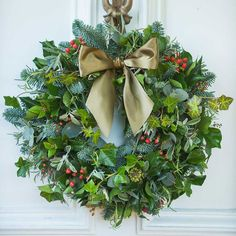 Christmas Wreaths For Windows, Christmas Flowers, Holiday Wreaths, Christmas Time, Christmas Crafts, Winter Wreaths, Holiday Decor, Corona Floral, Navidad Diy