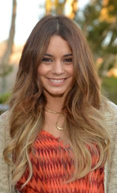 Vanessa Hudgens: mechas californianas nos cabelos loiros ou castanhos?