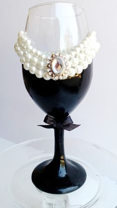 Audrey Hepburn Breakfast at Tiffanys wine glass! Theres pearls, and sparkles and faux diamonds! Diy Wine Glasses, Glitter Glasses, Decorated Wine Glasses, Glitter Wine, Painted Wine Glasses, Glitter Bottles, Wine Glass Crafts, Wine Craft, Wine Bottle Crafts