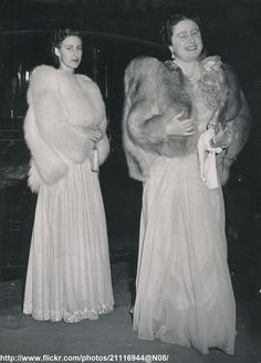 DATE:August 5 1948 D:Queen Mother and Princess Margaret arriving at the Victoria Palace Theatre to see the Crazy Gang /original photo Queen Elizabeths Sister, Queen Elizabeth Rose, Victoria Palace Theatre, Kate Middleton Outfits, Royal Photography, Queen Margrethe Ii, Royal Life, Princess Anne, Queen Mother