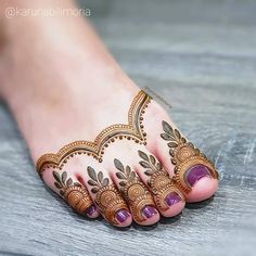 I get a lot of brides asking me if I have more photos of henna on feet. My sis in law was kind enough to lend… Arabian Mehndi Design, Khafif Mehndi Design, Mehndi Designs Feet, Indian Mehndi Designs, Mehndi Design Pictures, Mehndi Designs For Girls, Unique Mehndi Designs, Wedding Mehndi Designs, Beautiful Henna Designs