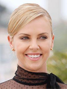 Agência AFP - Agência AFP Emma Stone, Cannes, Charlize Theron Style, Divas, Supermodels, Fashion, Up Dos, Beauty, Redheads