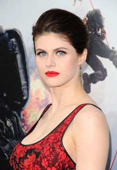 """Alexandra Daddario (gorgeous American actress, born on March 1986 in New York) in sensual red maxi dress at the premiere of """"San Andreas"""" movie on May 2015 in Hollywood, sumptuous boobs. Alexandra Anna Daddario, Rose Gold Eyeshadow, Emmanuelle Chriqui, Celebrity Beauty, Beauty Full Girl, Hollywood Actresses, Beautiful Eyes, Beautiful Actresses, Celebs"""