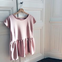 DIY Top pen: a tutorial for sewing this pretty top perfect for the spring . Diy Clothing, Clothing Patterns, Sewing Patterns, Blouse Peplum, Diy Fashion Tops, Fashion Ideas, Sewing Blouses, Diy Vetement, Diy Tops