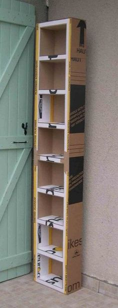 Tutoriel: Comment fabriquer un meuble en carton - Céline Kart'on Cardboard shelving. I can see making these the right size for plastic shoe boxes, then sorting my fabric out of those huge bins its in now.