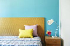 Deixar uma cor forte em uma parede de um cômodo ajuda a destacar os móveis e…