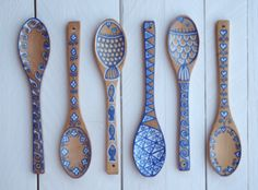 Painting Art Painted Wooden Spoons the blue/white colour palette looks really cool against the bare wood and is reminiscent of other traditional styles of folk art. Spoon Art, Wood Spoon, Wooden Spoon Crafts, Wood Crafts, Painted Spoons, Hand Painted, Pottery Painting, Painting On Wood, Painted Driftwood