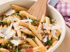 Pasta mit getrockneten Tomaten und Pinienkernen Rezept   EAT SMARTER