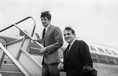 Jean-Paul Belmondo avec Lino Ventura prenant l'avion Air France © Copyright photo