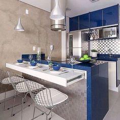 Cozinha funcional para quem curte azul e cinza. Repare também na bancada retrátil, boa inspiração para ambientes com pouco espaço. Fonte: @lardocecasa