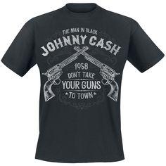 """- dibujo delantero  - cuello redondo  - manga corta  Te representa la música de Johnny Cash? Entonces podrás llevar con orgullo esta camiseta 'Take Your Guns'. Tiene dos revólveres cruzados con el lema """"The Man in Black Johnny Cash 1958 Don't Take Your Guns to Town""""."""