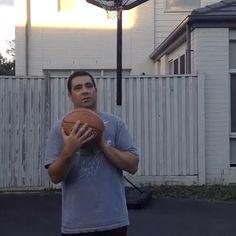¡Un padre ganó una increíble apuesta de baloncesto! ¡Su hija ya no podrá pedirle propina! #pari #basket #padre http://www.pandabuzz.com/es/video-del-dia/padre-encesta-importante-canasta-baloncesto