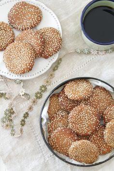 biscoito de gergelim 100g de farinha de amêndoa 1/2 colher de chá de bicarbonato de sódio 90g de geleia de agave 80g de pasta de sésamo (tahine) 1 colher de sopa de óleo de coco 1/2 colher de chá de aroma de baunilha sementes de sésamo q.b.