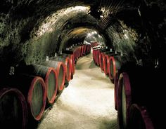 Het is alweer vrijdagavond! Een glaasje lekkere Hongaarse #wijn? Graag! :) * http://huntravel.nl/wijnen/ * In #Hongarije vindt u 22 #wijndistricten en overal kunt u de #wijngaarden en #wijnkelders bezoeken. * #HunTravel, jouw Hongarije beleving * [Foto: wijnkelder #Tokaj]