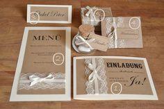 **Gestaltung:**  Liebevoll von mir gestaltetes Vintage Set zur Hochzeit im angesagten Vintage Design mit Kraftpapier & Spitze bestehend aus:  **1. Einladungskarte inkl. Textdruck auf der Front...