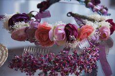 Corona de flore coral y malva y tocado de pistilos de CarideNicolas Tocados www.caridenicolas.com
