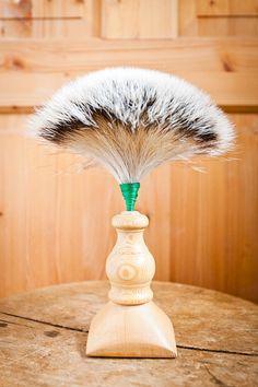 Ein Trachtenhut ohne Schmuck ist eine halbe Sache. Ein Wildbart muss schon als Zier auf dem Hut thronen. Der Reiz eines Dachsbartes besteht in dem hellen Haar mit den weißen Spitzen. Ein Dachsbart will gut aufbewahrt werden. Am besten hängt man ihn mit den Spitzen nach unten in einen kleinen Kasten. Schlecht ist Sonnenlicht, und seine Feinde sind die Motten. Dagegen helfen Zirbenspäne, auf keinen Fall Mottenkugeln, da die Haare den Geruch schnell annehmen. Diffuser, Sunlight, Enemies, Guy Gifts, Schmuck