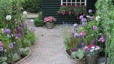 Zo houd je lang kleur in je tuin. Lodewijk plant bijvoorbeeld een helleborus (vroege voorjaarsbloeier), phlox (ook mooi in het voorjaar), siergras (later in het seizoen op zijn mooist) en sedum (bloeit in het najaar). . Hetzelfde geldt voor de clematissen, waar een plantenzuil van is gemaakt. Hiermee breek je de ruimte en zorg je voor diepte in de tuin. Verder zijn er de volgende planten gebruikt in de borders: crocosmia lavatera salvia lavendel hortensia heuchera allium agastache