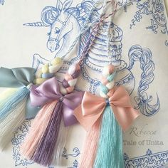 Plaited threads ending in a tassel Cute Crafts, Yarn Crafts, Diy And Crafts, Arts And Crafts, Diy Tassel, Tassels, Diy Keychain, Keychains, Ideias Diy