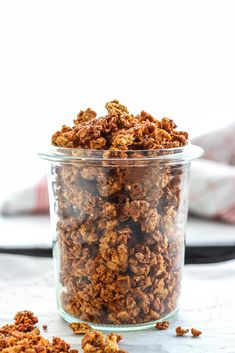 This easy and tasty vegan cinnamon crunch granola is much better than all those boxed variaties from the store. It's vegan, sugar- and oil-free! Muesli, Brunch Recipes, Vegan Recipes, Jam Recipes, Vegan Foods, Vegan Meals, Cinnamon Crunch, Vegan Sugar, Crunches