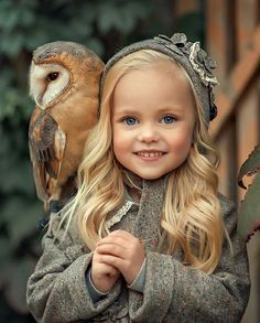 - world photography Beautiful Owl, Beautiful Little Girls, Beautiful Children, Beautiful Babies, Animals Beautiful, Dogs And Kids, Animals For Kids, Cute Baby Animals, Family Photos With Baby