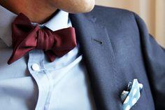Noeud papillon bordeaux de L'atelier à nouer porté par Romano de Comme un camion, costume bleu et pochette à pois #mode #homme #costume #bleu #pochette #pois