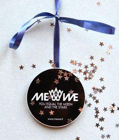 Me We -logotarra jouluasussa