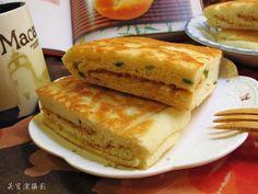山東大餅是一種發麵大餅, 麵粉加酵母發酵, 包入喜歡的食材~不必用到烤箱, 只要一個有蓋子的平底鍋即可操作。