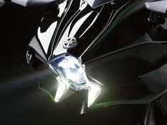 A Kawasaki apresentou no Salão de Milão (EICMA) a Ninja H2com motor de quatro cilindros e 998 cm² da H2R e potência de 210 cv com admissão induzida de ar e 197 cv sem ela. A moto faz de zero a cem em 2,5 segundos e tem velocidade máxima limitada em 299 km/h. O torque ficou em 13,5 m.kgf em 238 quilos em ordem de marcha.