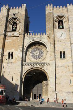 La Catedral de Lisboa o Sé de lisboa. Portugal. Construida S XII.  iglesia más antigua e importante de la ciudad. estilo predominante es el románico. Barcelona Cathedral, Big Ben, Building, Travel, Lisbon Portugal, Literatura, Antigua, Cities, Style