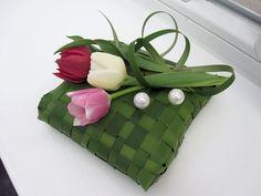 htttp://www.FLORICA.eu - Der Frühling kommt ja erst...  FLORICA Ringkissen mit Typha und Tulpen sowie 2 Perlnadeln.