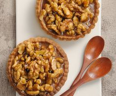 For pastry lovers, here is a simple recipe to make tart with caramelized walnuts. No Cook Desserts, Mini Desserts, Caramelized Walnuts, Food To Make, Voici, Bakery, Easy Meals, Food And Drink, Sweets