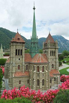 Viajemos a #Suiza. primera parada:GINEBRA, ciudad a orilla de su lago,atravesaremos los Alpes por el túnel bajo del Mont Blanc, uno de los más largos de Europa. Bonitos paisajes alpinos en Italia siguiendo el valle de Aosta #ViajesParola St Peter's Cathedral - Geneva, Switzerland - Been there and it's amazing.