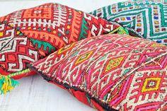 quedamos en un bazar textil. bereber cushions.  dar amïna