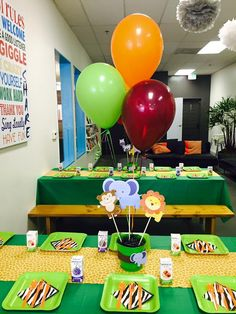 Jungle themed birthday party with DIY decorations and table settings! Jungle Theme Parties, Safari Theme Party, Jungle Party, Safari Birthday Party, Birthday Party Tables, 1st Birthday Parties, Birthday Ideas, Birthday Party Decorations Diy, Parties Decorations
