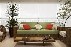Para a varanda, móveis de fibra sintética com um pouco de cor
